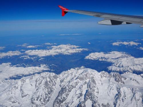Flying high in a plane - 25 BEWEZEN GEZONDHEIDS VOORDELEN VAN REIZEN