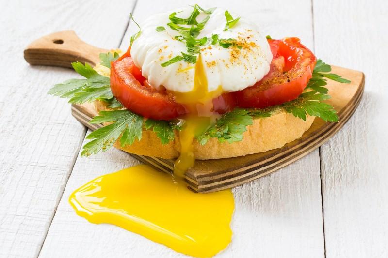 Poached Eggs and Fried Tomatoes breakfast - 17 EENVOUDIGE, GEZONDE ONTBIJTIDEEËN EN RECEPTEN