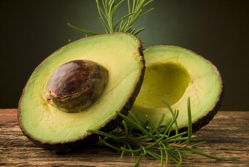 avocado is gezond voedsel met een hoog cholesterol- en vetgehalte