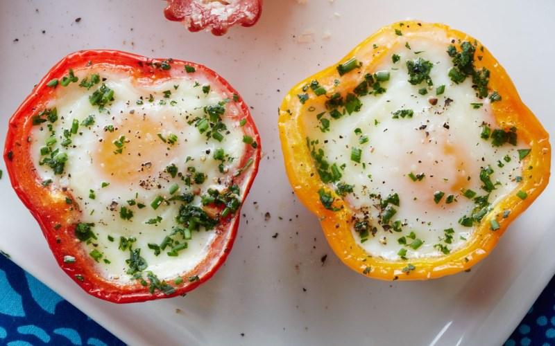 bell pepper egg in a hole healthy breakfast - 17 EENVOUDIGE, GEZONDE ONTBIJTIDEEËN EN RECEPTEN