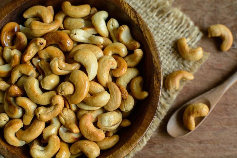 cashews nuts in a bowl - 7 VERRASSENDE NOTEN GEWELDIG VOOR GEWICHTSVERLIES