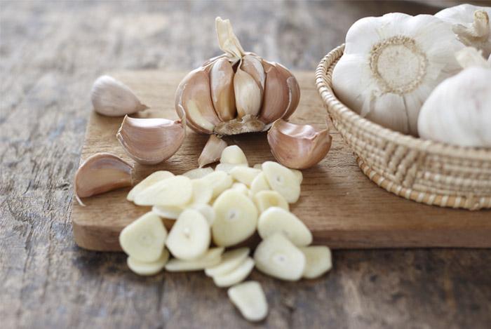 garlic-cloves-on-table