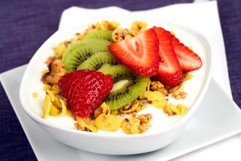 greek yogurt with fruits - PROBIOTICA VOOR GEWICHTSVERLIES WAT ZIJN DE VOORDELEN