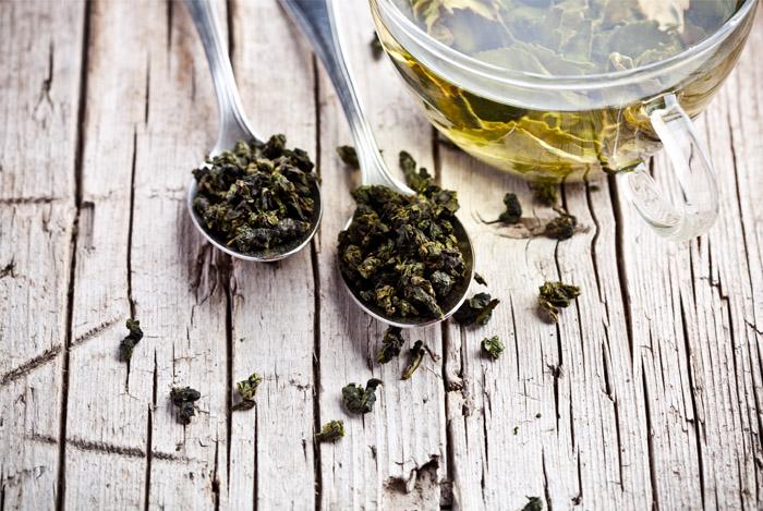 green tea leaves spoon cup - IS GROENE THEE ECHT GOED VOOR GEWICHTSVERLIES?