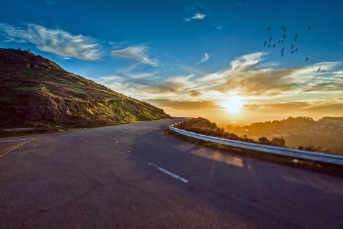 mountain road landmark - 25 BEWEZEN GEZONDHEIDS VOORDELEN VAN REIZEN