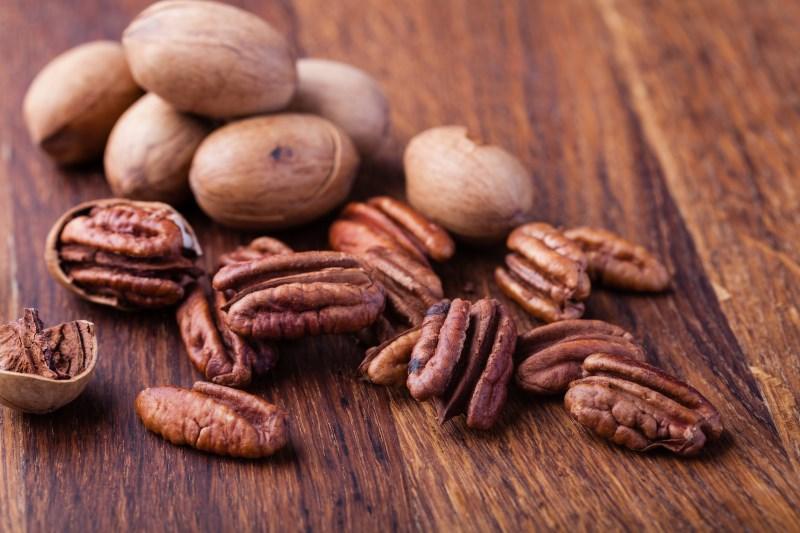 pecan nuts on table - 7 VERRASSENDE NOTEN GEWELDIG VOOR GEWICHTSVERLIES