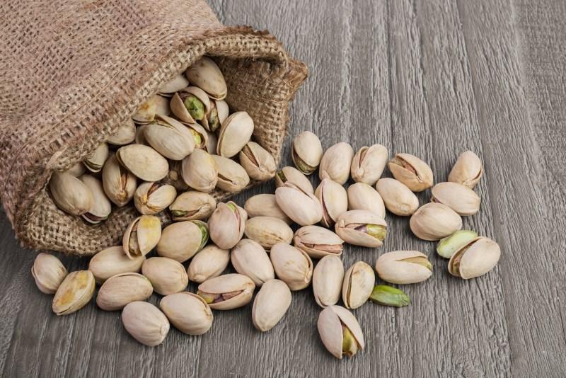 pistachios in a bag - 7 VERRASSENDE NOTEN GEWELDIG VOOR GEWICHTSVERLIES