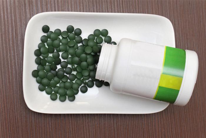 spirulina-pill-bottle-table